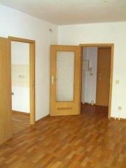 Wohnzimmer - Tür zur Küche und zum Flur